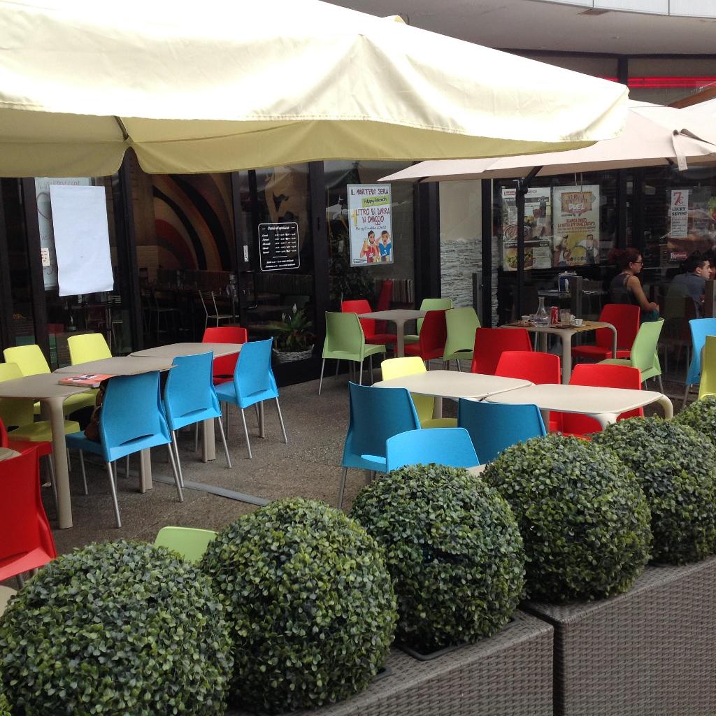 Fornitura di sedie e tavoli infiniti design per arredo locale for Area clienti 3 servizi in abbonamento